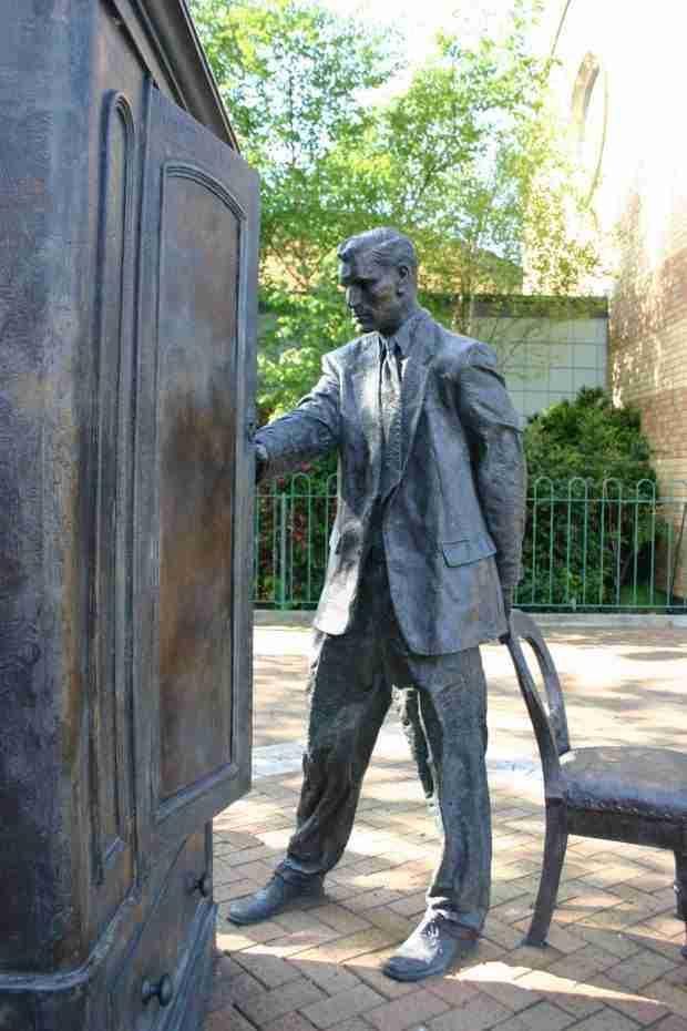 Una statua di Clive Staples Lewis a Belfast
